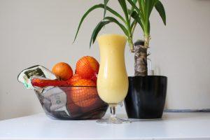 Vegan apelsin smoothie med mango och banan